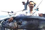 海钓爱好者钓到超大金枪鱼