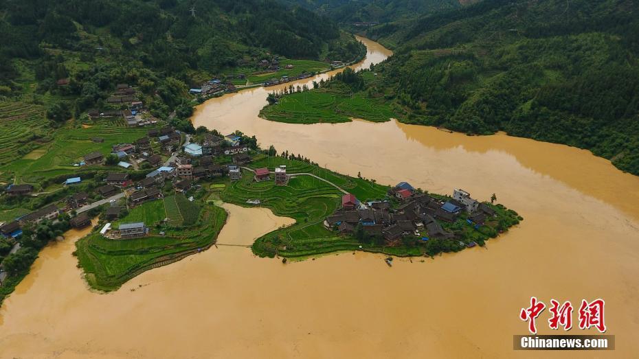 7月1日,贵州省榕江县都柳江支流平永河料里水寨河段迎来洪峰.