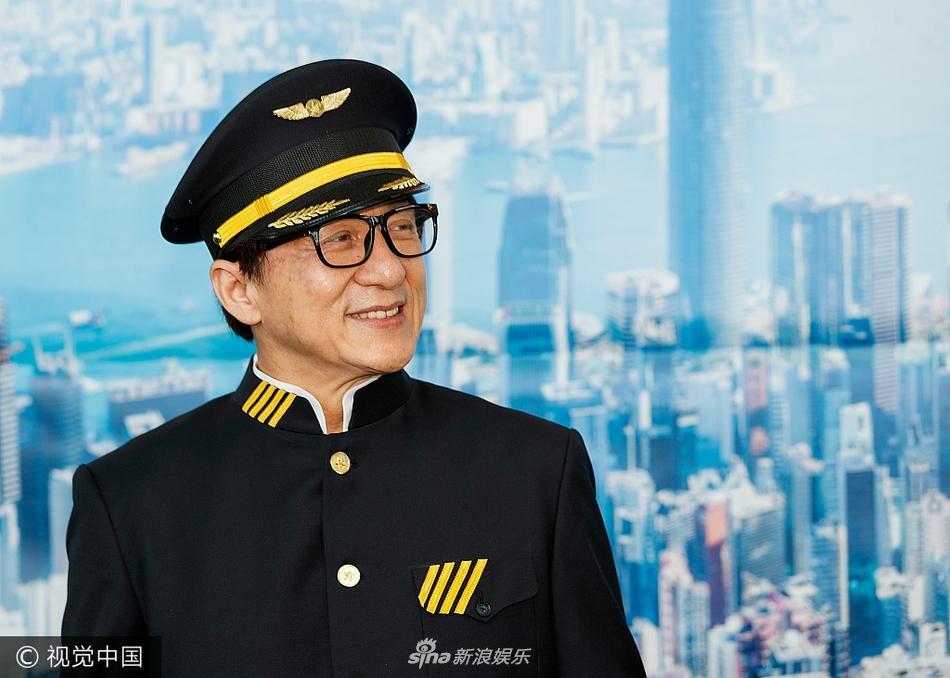 香港航空温哥华首航 成龙获赠制服化身最帅机长