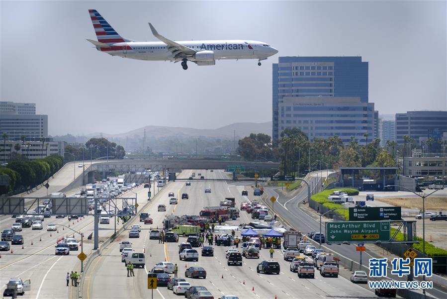 一小型飞机在美加州高速公路坠毁 致3人伤