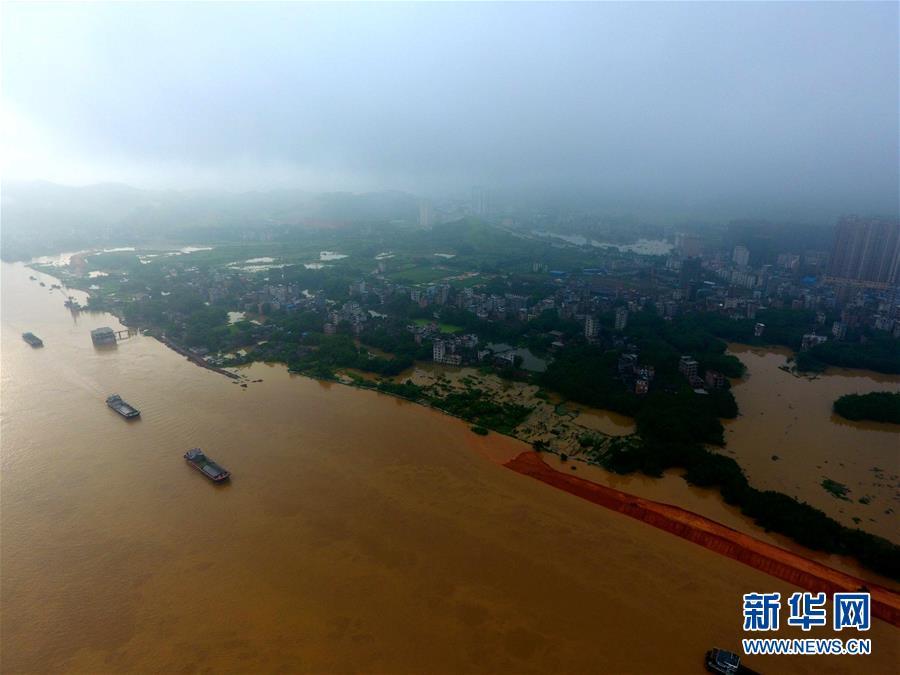 这是7月4日拍摄的水位暴涨的西江广西藤县段,县城沿江低洼处被水淹