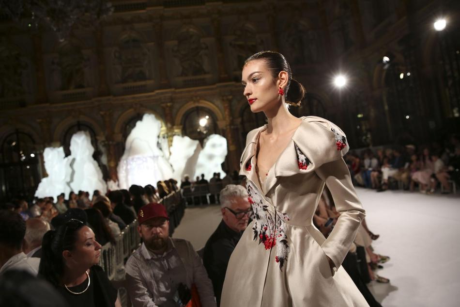 中国设计师作品亮相巴黎高级定制时装周