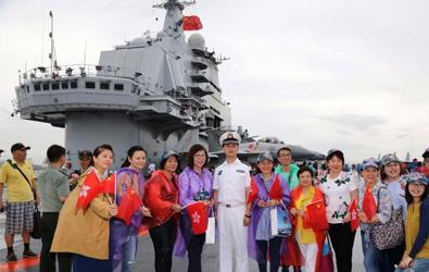 辽宁舰首次向公众开放 香港市民登舰参
