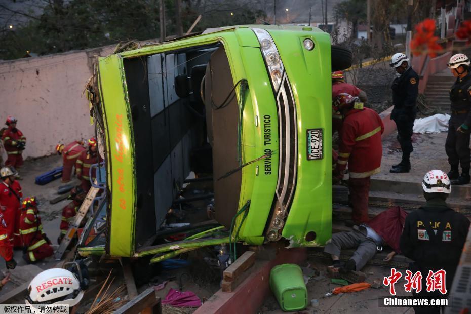 秘鲁一旅游巴士坠落深谷 至少7人遇难