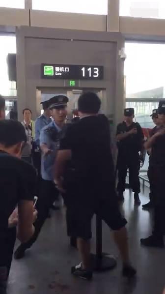 航班延误后乘客抢警械 要求警察下跪道歉