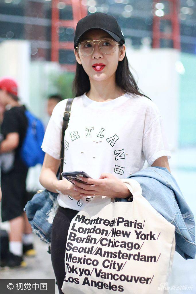 王鸥休闲style现身机场红唇抢镜 频频撩发心情靓