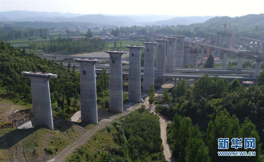 (雕琢奋进的五年・重大工程巡礼)(8)国家重点工程蒙华铁路加紧施工