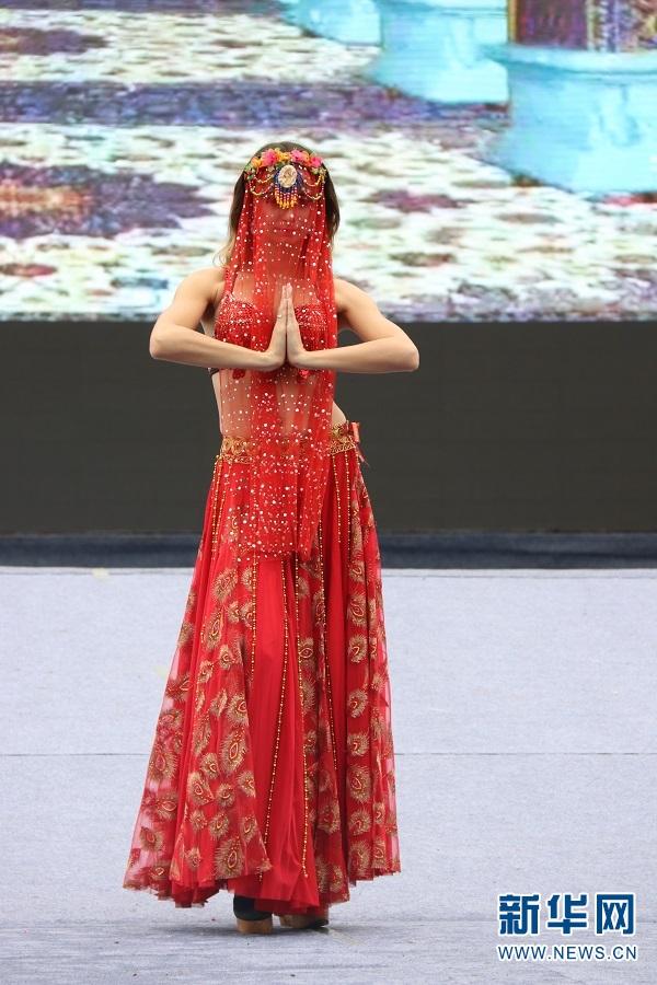 印度服饰展演。南亚、东南亚及云南少数民族服装服饰展演12日在郑和故里云南晋宁举行,此次展演是2017中国昆明郑和国际文化旅游节的活动之一。当日,模特展示了郑和七下西洋途径国家和地区的特色服装服饰。新华网罗春明摄