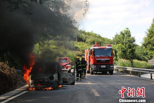 重庆轿车突然自燃 车身烧成空壳