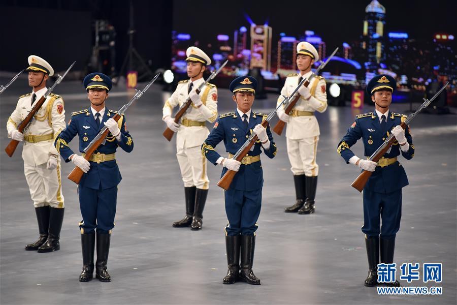 7月13日,中国人民解放军驻香港部队仪仗队在表演《军威进行曲》。 7月13日至15日,由香港民政事务局主办的国际军乐汇演在香港体育馆举行。包括中国人民解放军军乐团、中国人民解放军海军军乐团在内的多支中外军乐团参演。 新华社发(王玺 摄)