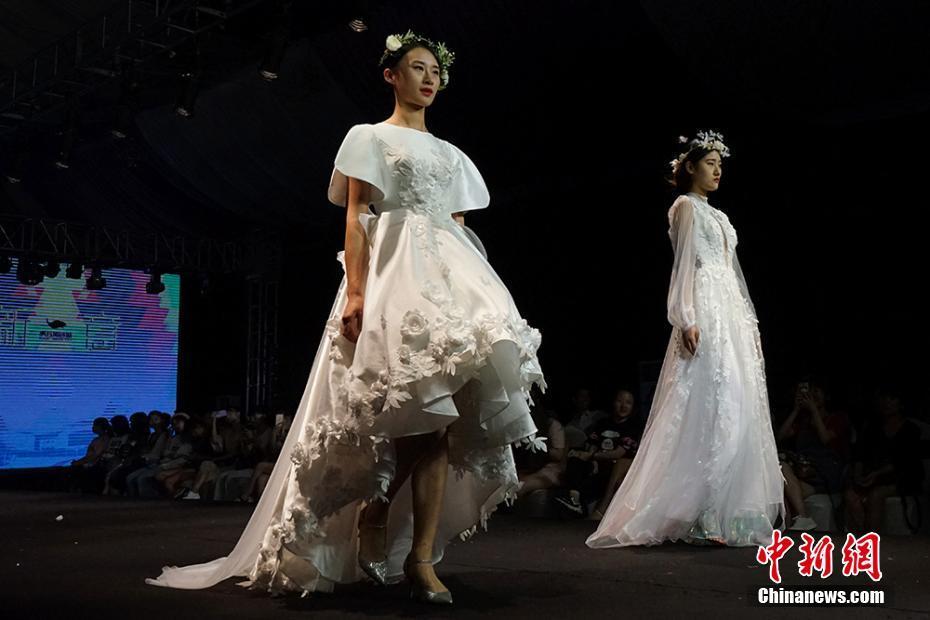 7月13日晚,新意2017江苏省婚纱礼服设计大赛决赛暨颁奖典礼在苏州举行,吸引了来自北京服装学院、苏州大学、苏州工艺美院、江南大学、江西服装学院、日本文化服装学院等国内外十三所高校服装专业及独立设计师行业的参赛选手带着他们的原创婚纱礼服前来参赛,一展婚纱设计的浪漫气质。据悉,大赛由虎丘婚纱城主办,江苏省服装协会、江苏省服装设计师协会、北京服装学院共同指导,经历了征集上传作品、网络投票、面试成衣和终评四个阶段。最终从结合设计稿件和模特走秀,从匹配大赛主题、作品文化内涵、设计创意、操作技法、整体造型