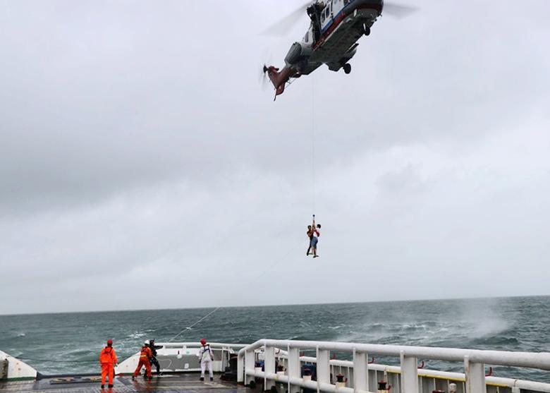"""63名驴友因""""塔拉斯""""被困海岛 直升机救援"""