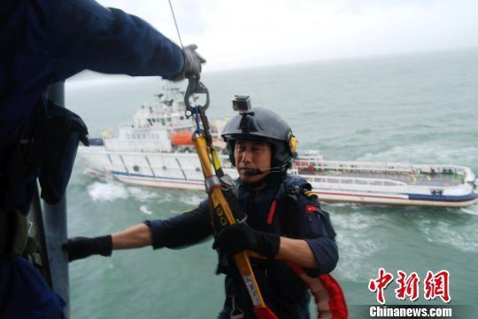 63名驴友因台风被困海岛 直升机救援