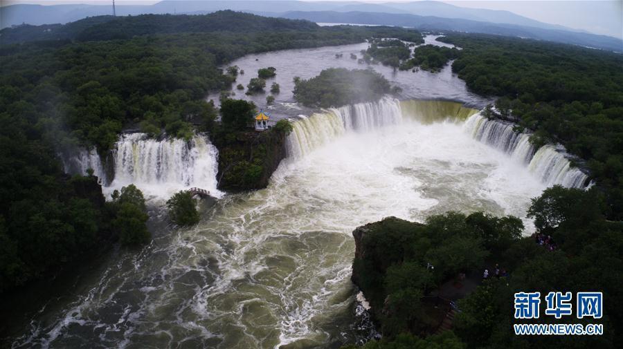 7月17日在黑龙江省牡丹江市镜泊湖景区内拍摄的吊水楼瀑布(航拍照片)