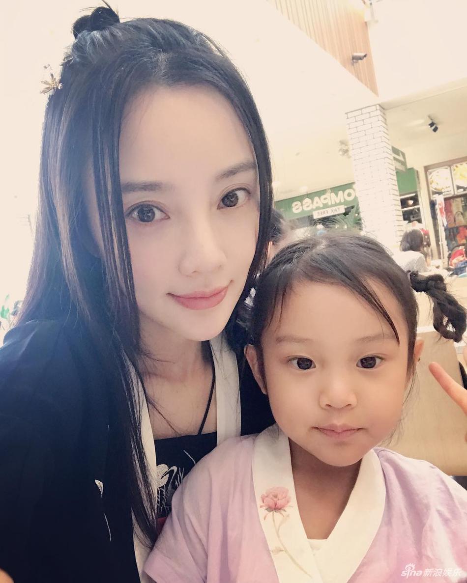 李小璐带女儿日本游玩 甜馨十分乖巧可爱
