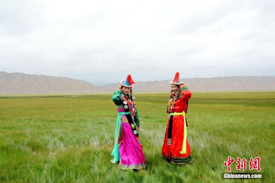 7月19日,甘肃省肃北蒙古族自治县少数民族歌手身着雪山蒙古族传统服饰,在夏日格勒金草原上演绎别样的草原风情。肃北蒙古族先辈在长期的生活和生产中,逐步形成了自己的服饰特色雪山蒙古族服饰。 乌仁花 摄