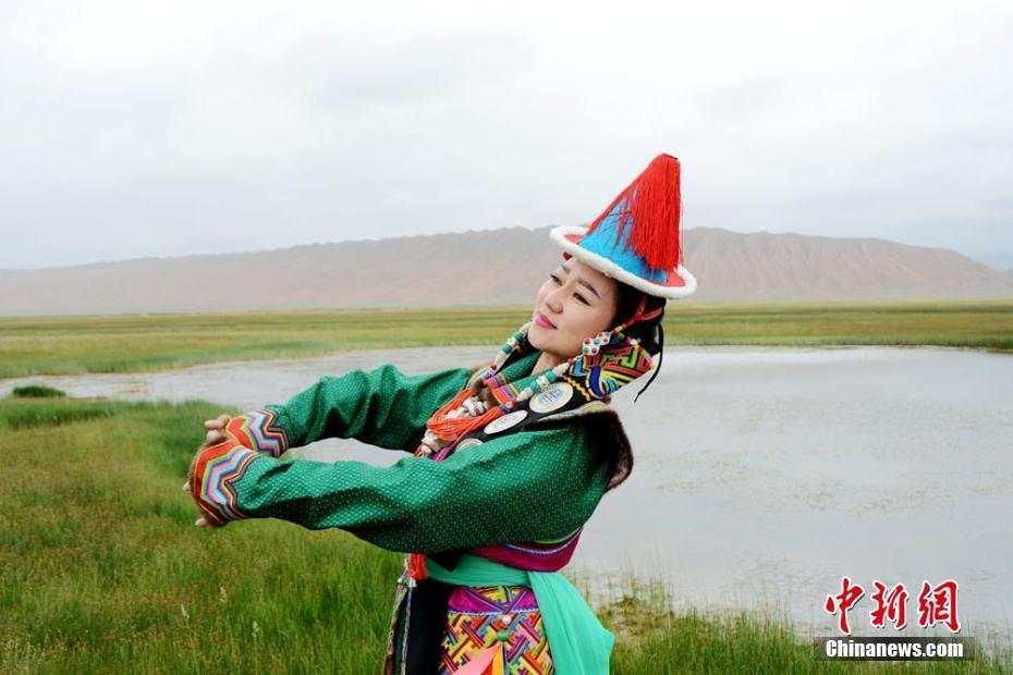 独具特色的雪山蒙古族服饰. 乌仁花 摄