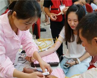 暖心!杭州市民冒高温为伤员献血