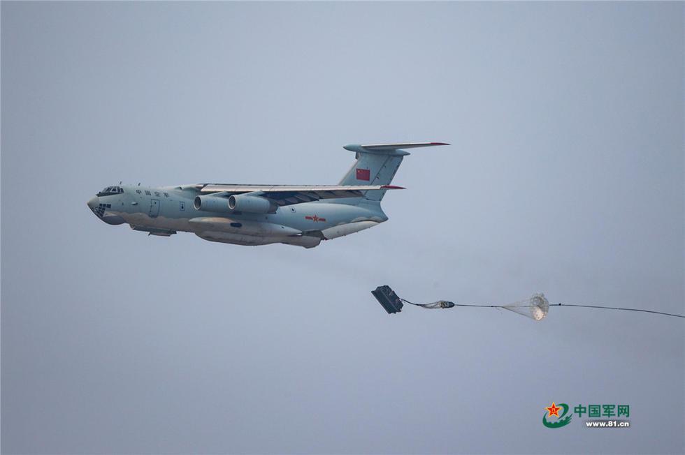 中国空军伊尔-76飞机进行空投作业.杨盼摄影