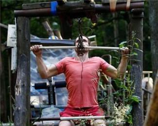 森林里自制健身房 他们用轮胎练肌肉