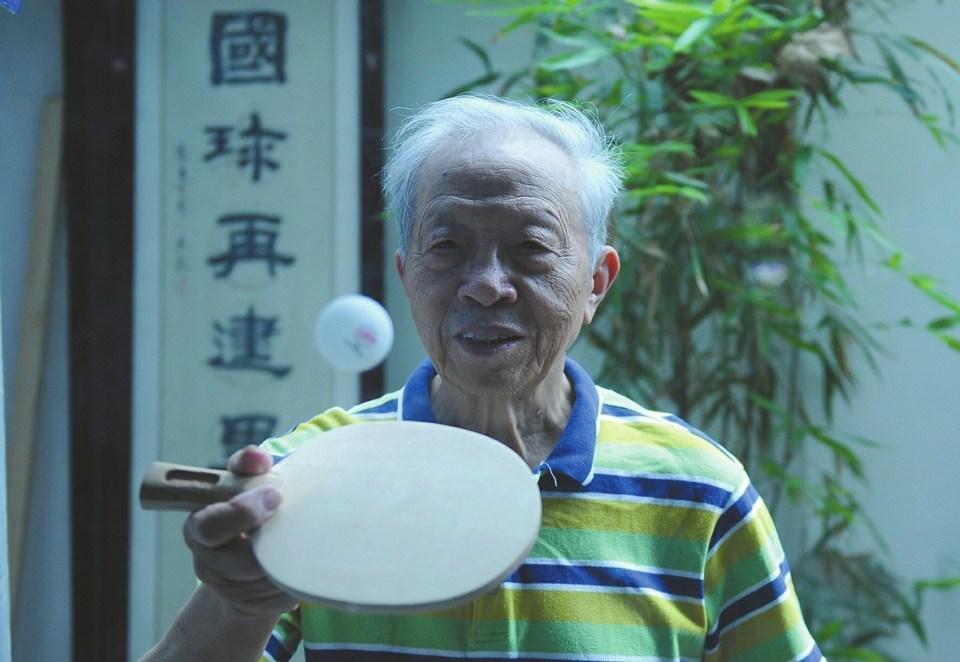老人做乒乓球拍六十多年 获国家专利