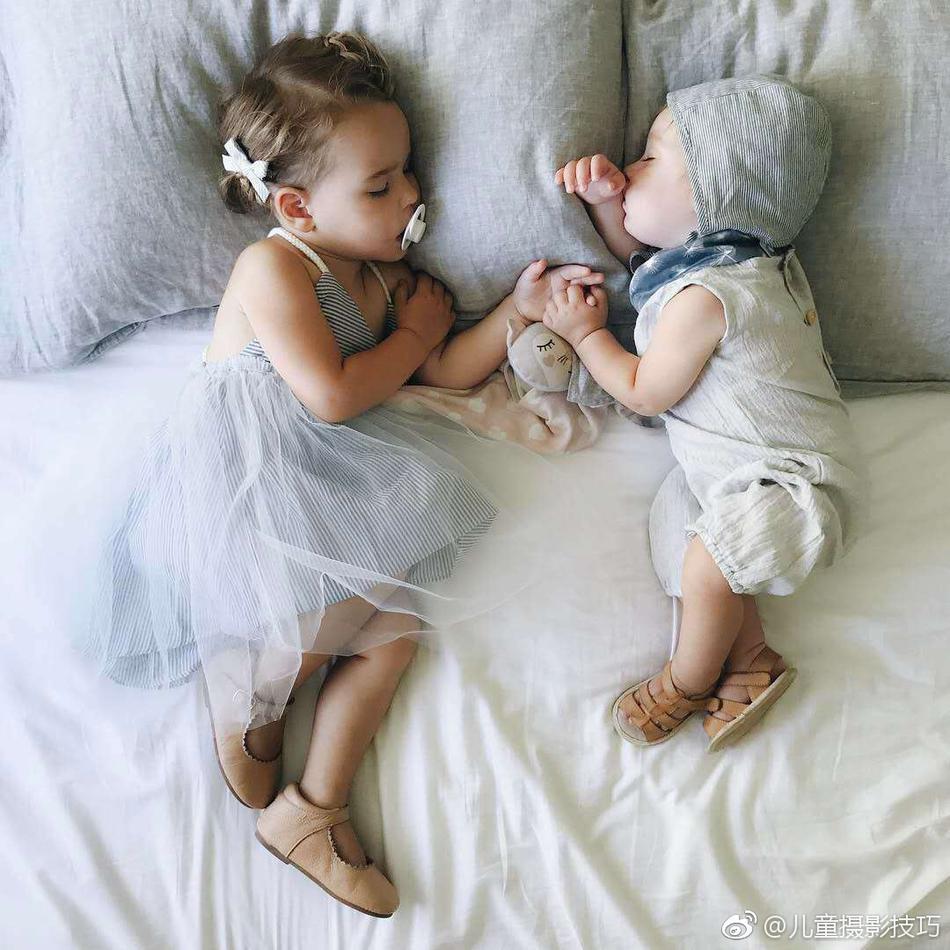 趁两个小宝宝睡着后拍下了这一组照片,这千奇百怪的睡姿真是太可爱啦