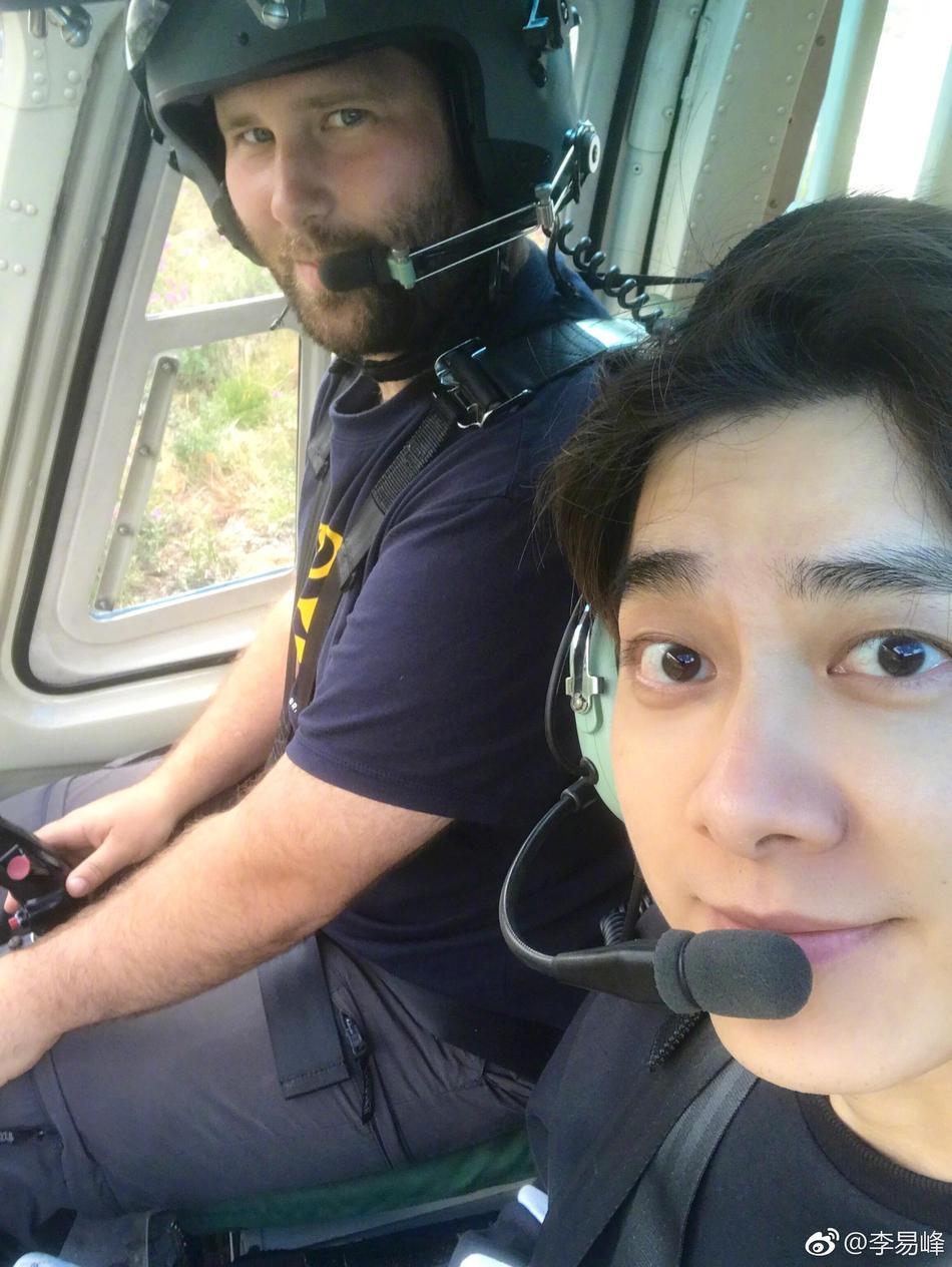帅气升空!李易峰飞机上与飞行员自拍