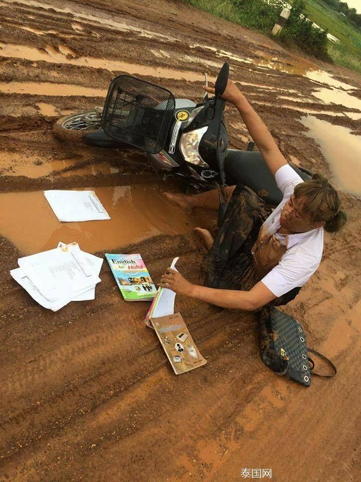 泰国女大学生摔泥坑后走红_图片频道__中国青年网