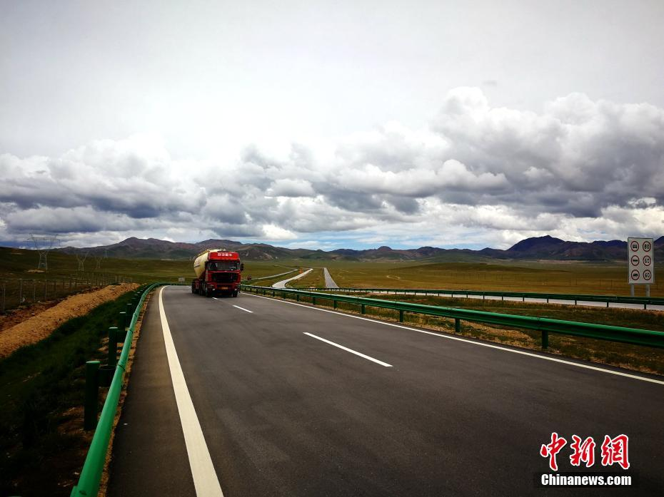 8月1日,历经七年建设,在青藏高原多年冻土区建设的首条高速公路青海共玉高速公路宣告建成通车。共玉高速公路起自青海省海南藏族自治州共和县恰卜恰镇,途经果洛藏族自治州,终点止于该省玉树藏族自治州州府结古镇(新寨村)。共玉高速全线穿越三江源地区,沿线生态系统多样,新建成的高速公路和大自然构成了一幅绝美的风景画。图为青海共玉高速公路。张添福 摄