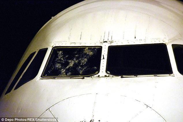 """挡风玻璃破碎后 空客""""盲降""""机场瞬间"""