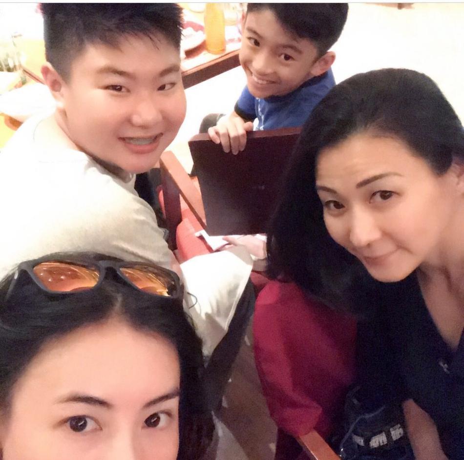 张柏芝晒lucas庆生照 小寿星与弟弟表情搞怪十分可爱