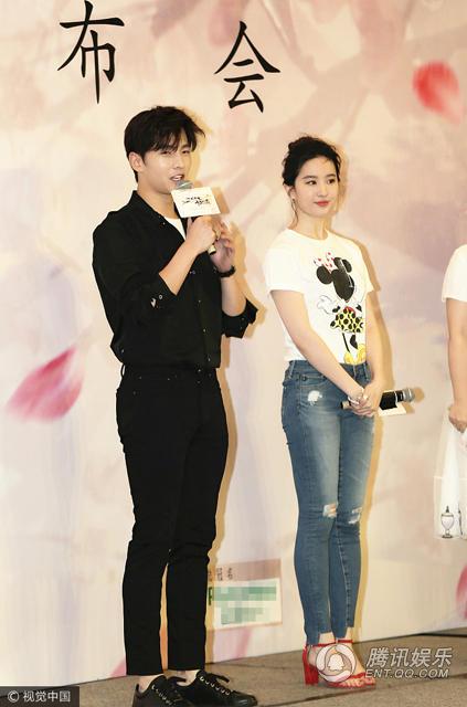 刘亦菲穿紧身牛仔裤笑容甜美 就是看上去略臃肿