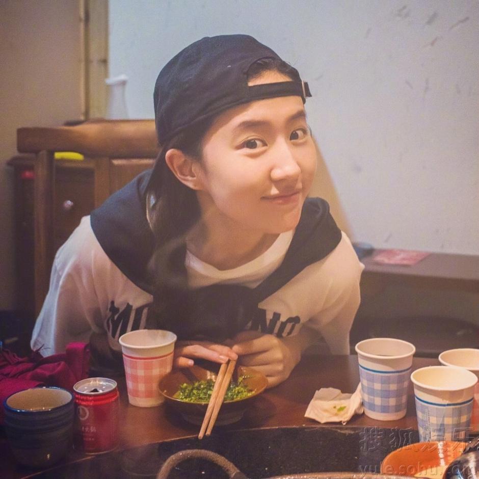 刘亦菲素颜吃火锅直呼辣的爽 一脸痛苦表情亮了
