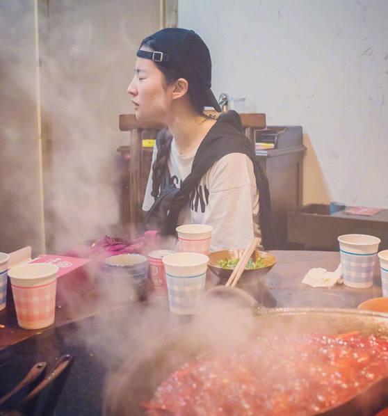 刘亦菲素颜吃火锅直呼辣的爽 一脸痛苦表情亮了_图片