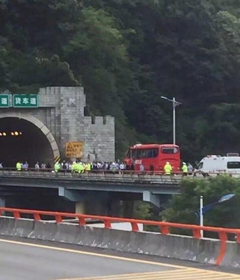 成都开往洛阳大客车在秦岭隧道撞壁高清图片