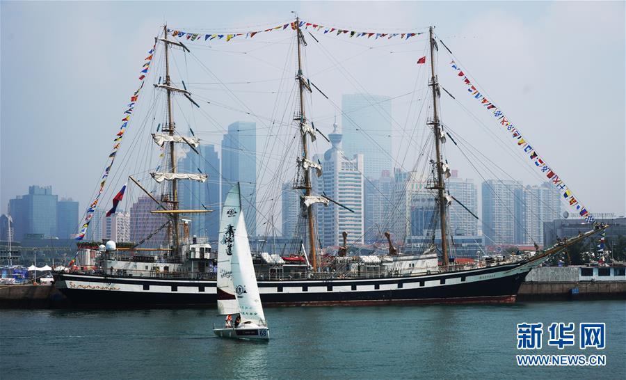 8月11日,一艘小帆船从帕拉达号大帆船旁边驶过。   当日,2017第九届青岛国际帆船周青岛国际海洋节在青岛奥林匹克帆船中心拉开帷幕,俄罗斯帕拉达号大帆船第三次访问青岛,为活动助阵。民众可以登船参观,感受这艘大帆船的独特魅力。据悉,帕拉达号大帆船于1989年7月4日建成下水,是世界上最大的帆船之一,曾到访全球数十个国家和地区。   新华社记者 王建华 摄