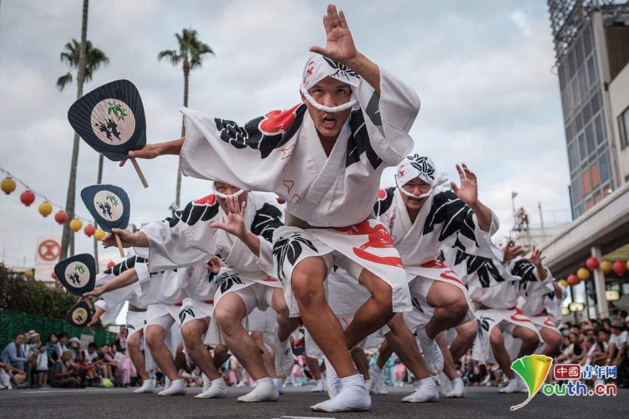 >> 正文    当地时间2017年8月13日,日本德岛,当地举行阿波舞节日庆祝