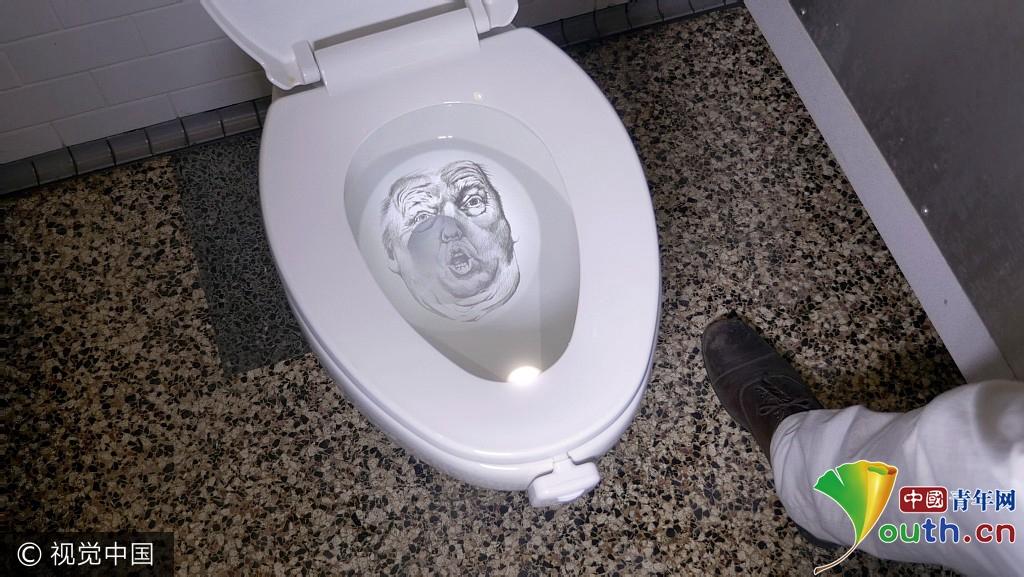 拿大企业发明 特朗普 版马桶投影 马桶中倒映总统形象