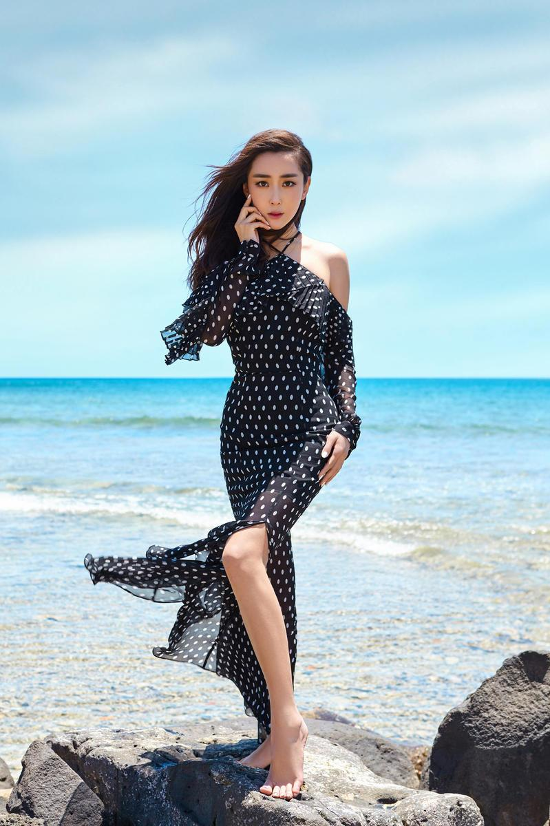 杜若溪毛里求斯写真 波点长裙性感妩媚--中国青年网 触屏版