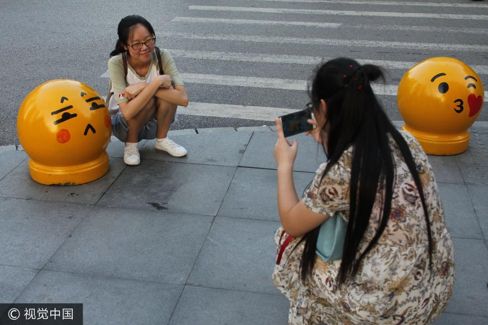 太萌!拦车石变表情包 民众拍照留念