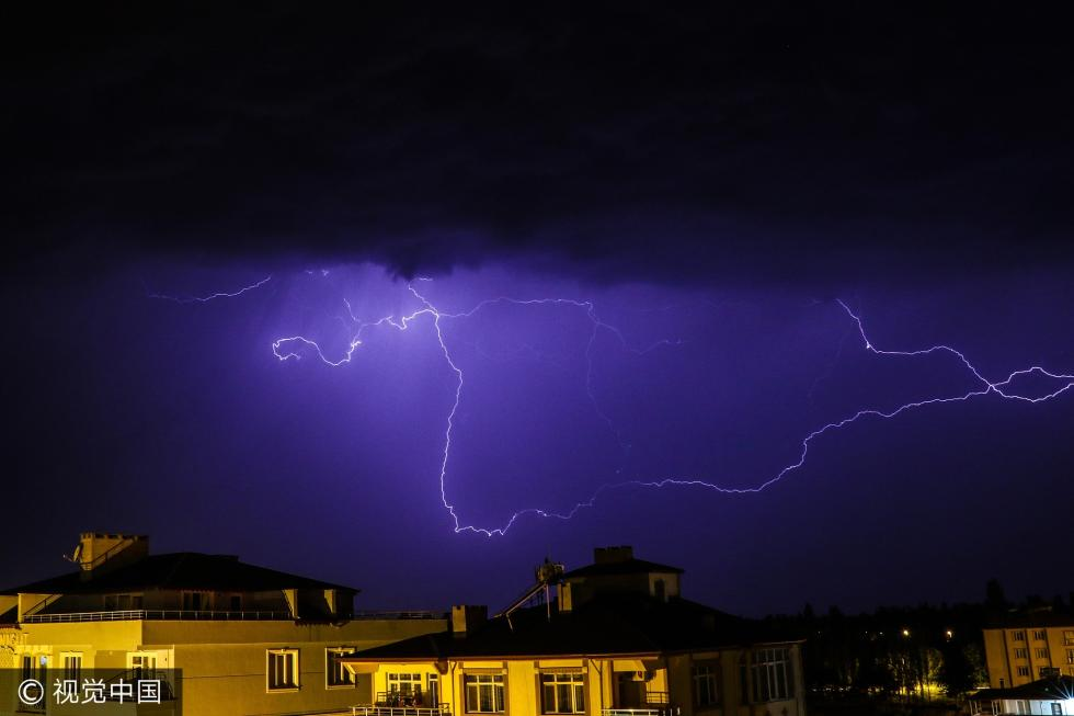 土耳其闪电划破夜空 景象震撼