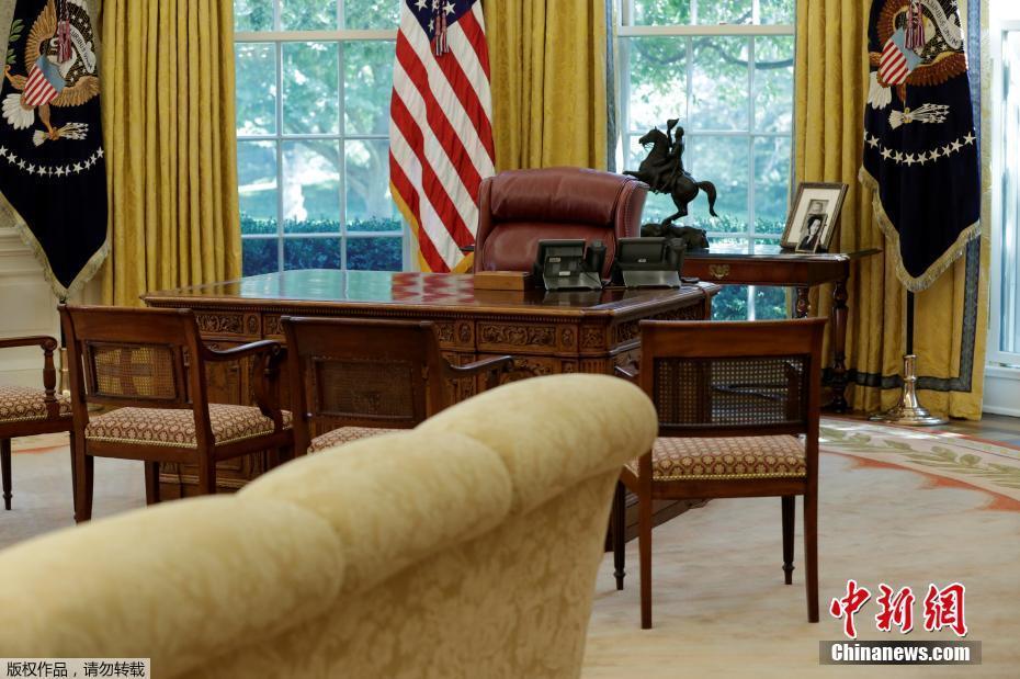 白宫椭圆形办公室内的总统办公桌.