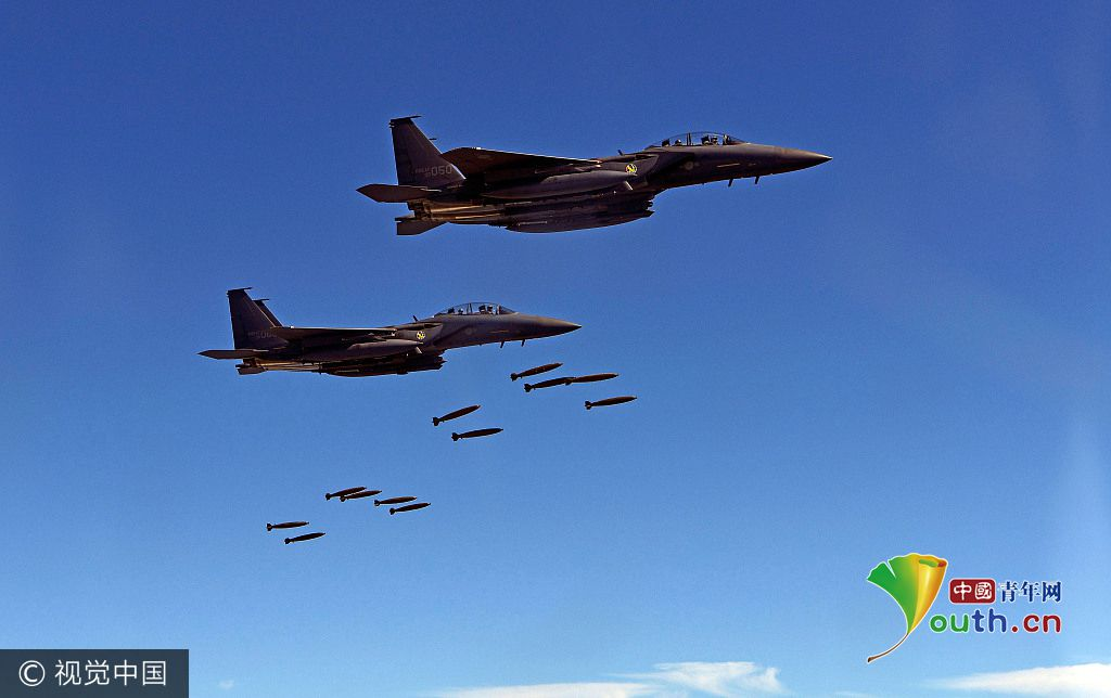 韩国空军4架f-15k战斗机还与美国军机编队进行联合飞行演习,在江原道