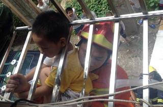 儿子悬吊防盗窗上.jpg