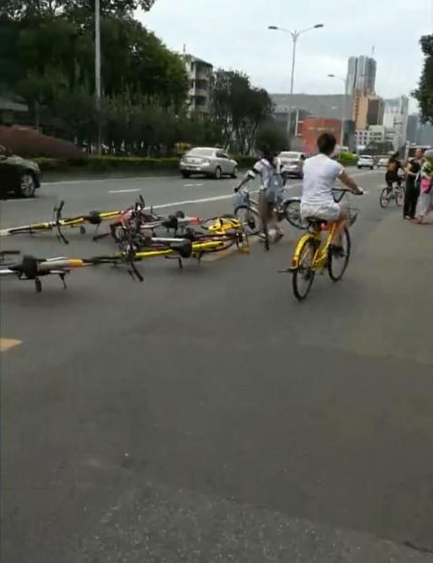 女子将共享单车扔路中间:都别方便了