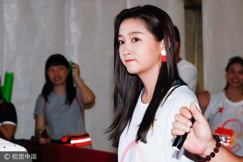关晓彤现身跑步活动 红唇迷人笑容甜