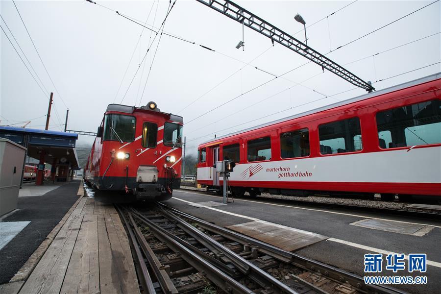 (国际)(1)瑞士两列火车相撞约30人受伤