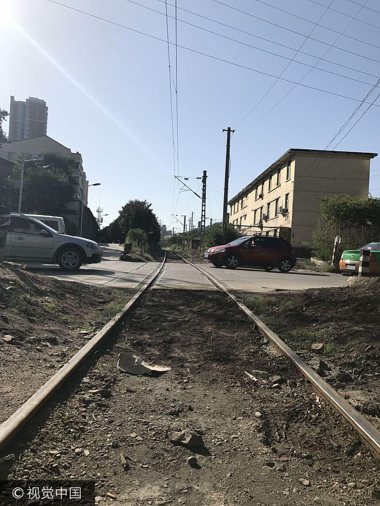 铁路道口过火车,为啥没个提示!宝鸡的王先生提起事发当晚的经过,仍然心有余悸。他说,9月10日晚10时许,他驾驶一辆白色面包车沿斗中路北段由南向北行驶,通过与路面相交的铁路道口时,被一辆由西向到行驶的火车撞到,相撞后,又被火车向前推行约7米远,面包车被撞的位置恰好是左侧,车体受损严重,因他身体瘦小,车辆内部空间较大,因此他幸运地躲过一劫,但被吓得不轻。记者在事发现场观察,该铁路道口确无指示灯、无自动栏木、无人员值守,斗中路南北人来车往、川流不息,一旦有火车经过,存在极大的安全隐患。