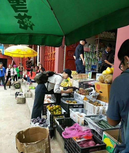 家庭主妇既视感!刘涛素颜和陈翔菜市场买菜