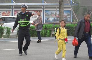 警为上学娃开车门-网友点赞.jpg